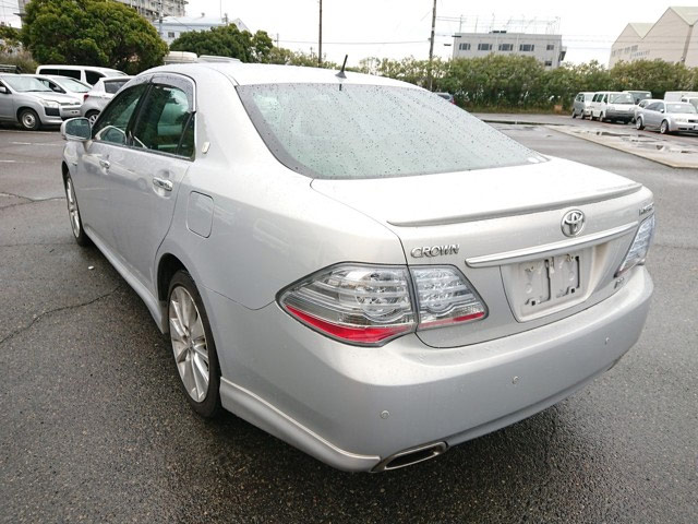 Luxury JDM hybrid sedan class smooth quiet ride Japanese dealer auctions import export pros